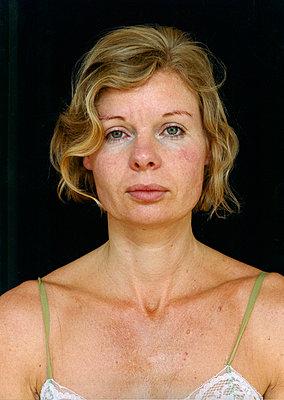 Porträt einer müden Frau - p1205m1019736 von Annet van der Voort