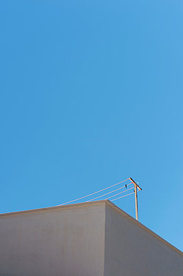 Clothes line on a roof - p949m948588 by Frauke Schumann