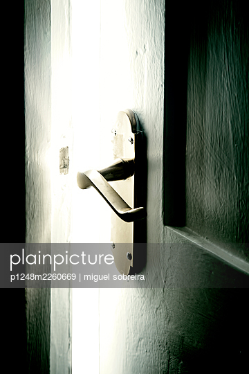 Opened door with door handle - p1248m2260669 by miguel sobreira