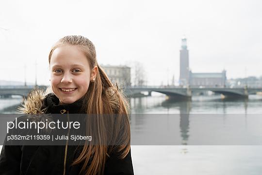 Portrait of girl smiling - p352m2119359 by Julia Sjöberg