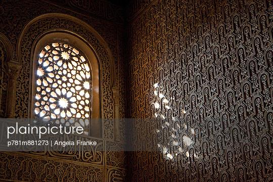 Fenster in der Alhambra - p781m881273 von Angela Franke