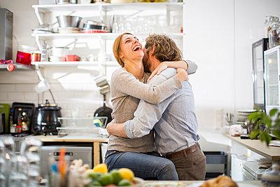 Glückliche Frau umarmt ihren Freund - p1284m1467126 von Ritzmann
