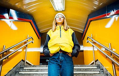 Young woman walking down stairs in underground station - p300m2143830 von Jose Luis CARRASCOSA