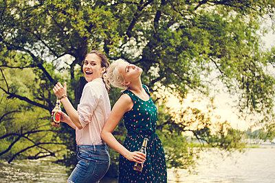 Two friends celebrating together - p904m932335 by Stefanie Päffgen