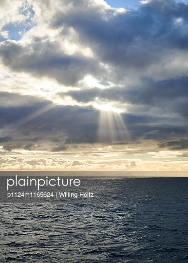 Sonnenstrahlen über dem Meer - p1124m1165624 von Willing-Holtz