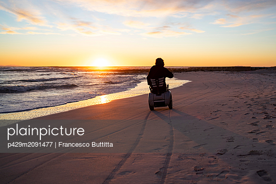 Man on wheels enjoying seaside - p429m2091477 by Francesco Buttitta