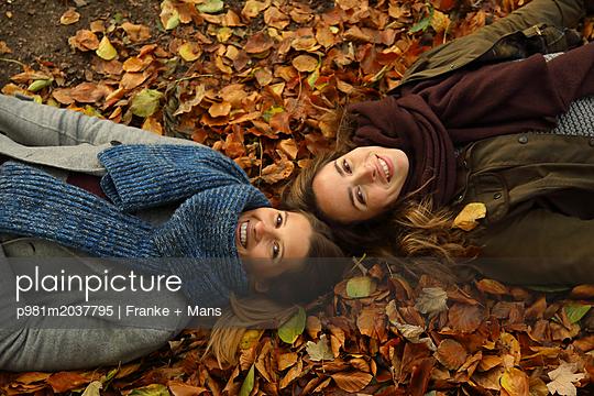 Ausflug im Wald - p981m2037795 von Franke + Mans