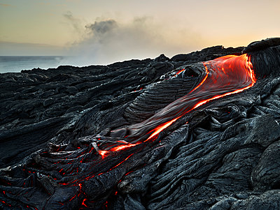 Lava flowing from Pu'u O'o' at Hawaii Volcanoes National Park against sky - p300m2131779 by Christian Vorhofer