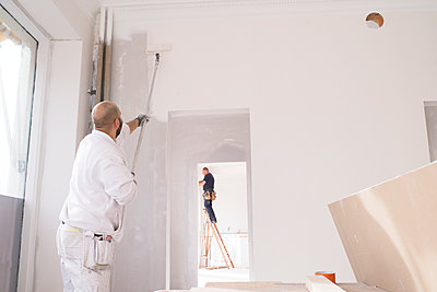 Man painting wall - p312m1495692 by Viktor Holm