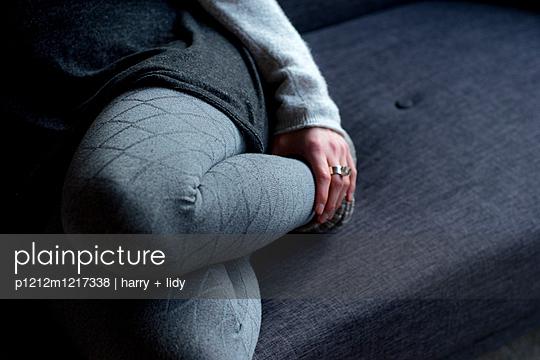 Unterkörper einer jungen Frau mit Strumpfhose, Rock und Strickjacke - p1212m1217338 von harry + lidy
