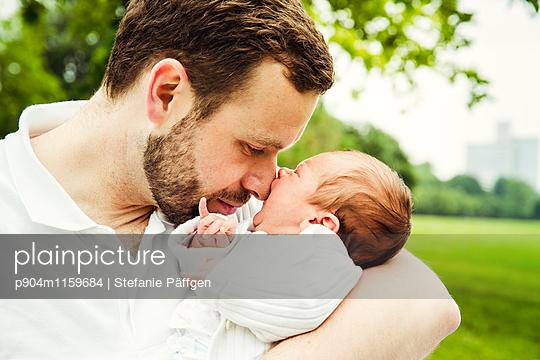 Vater mit seinem Baby - p904m1159684 von Stefanie Neumann