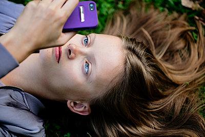 Jugendliche liegend im Park - p1212m1178982 von harry + lidy