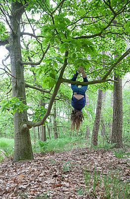 Girl hanging Upside down - p1231m1138071 by Iris Loonen