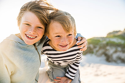 Portrait of two happy boys on the beach - p300m2167053 by Floco Images