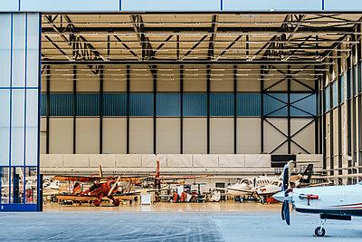 Verschiedene Flugzeuge in einer Flugzeughalle - p586m1208643 von Kniel Synnatzschke