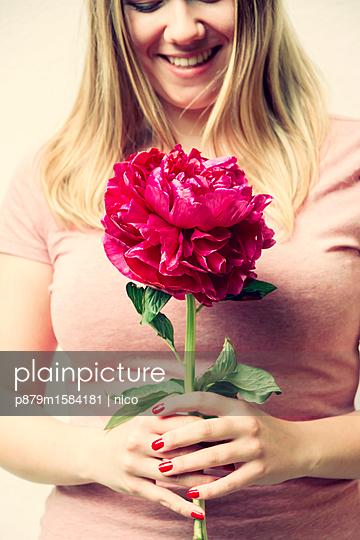 Frau mit Blume - p879m1584181 von nico