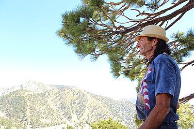 Mann schaut über Berglandschaft - p097m705168 von K. Krebs