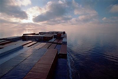 Containerschiff unterwegs im Indischen Ozean - p1099m1516010 von Sabine Vielmo