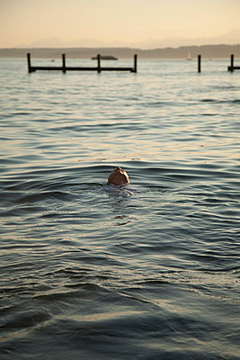Man floating in water - p429m819688 by Julia Kuskin