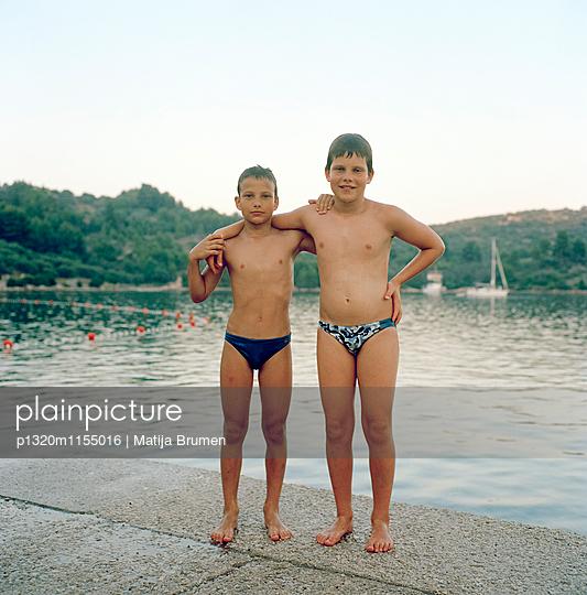 Jungs am See - p1320m1155016 von Matija Brumen