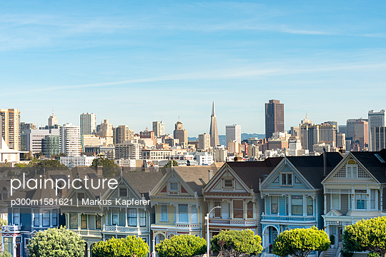 USA, California, San Francisco, Painted Ladies, Victorian houses at Alamo Square and San Francisco Skyline with Transamerica Pyramid - p300m1581621 von Markus Kapferer
