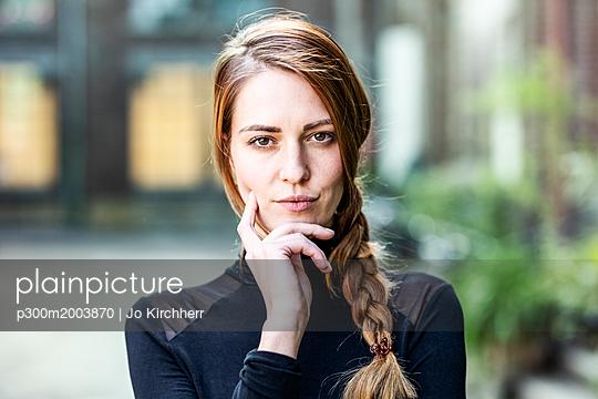 Portrait of serious woman with braid - p300m2003870 von Jo Kirchherr