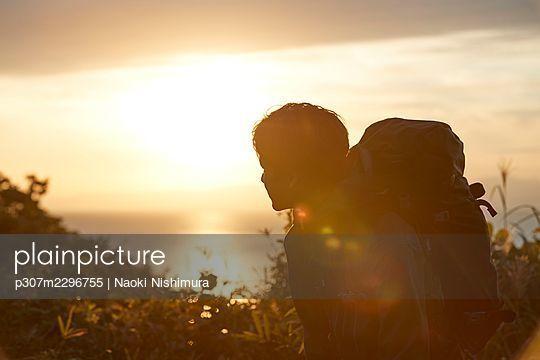 Japanese man hiking - p307m2296755 by Naoki Nishimura