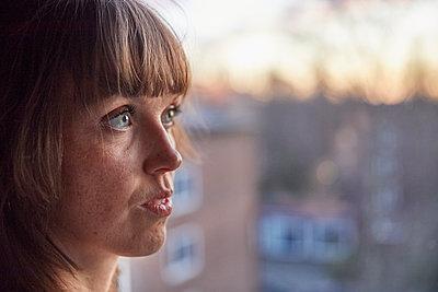 Portrait Frau am Fenster - p1491m2176680 von Jessica Prautzsch