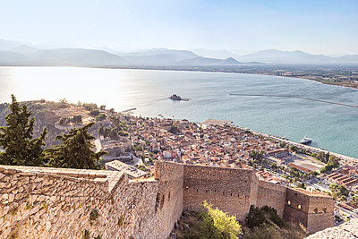 Greece, Peloponnese, Argolis, Nauplia, View from Akronauplia to old town and Bourtzi Castle - p300m1581683 von Maria Maar