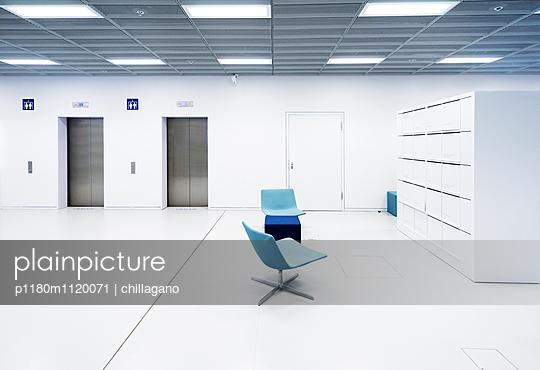 Weißer Raum mit Stühlen in Blautönen - p1180m1120071 von chillagano