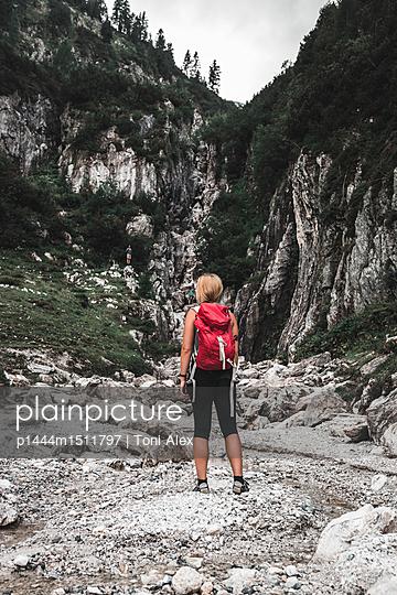 plainpicture | Photo library for authentic images - plainpicture p1444m1511797 - Woman hiking between the mo... - plainpicture/Toni Alex