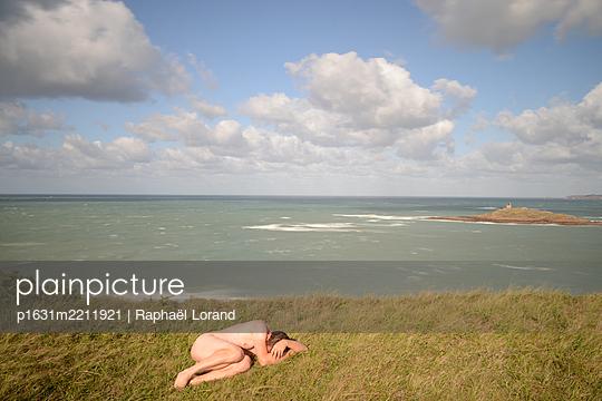 Nackter Mann auf einer Klippe - p1631m2211921 von Raphaël Lorand