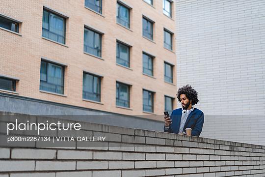 Barcelona, Spain.Young business afroamerican man outdoors. Business man, young, work, office, job, commute - p300m2287134 von VITTA GALLERY