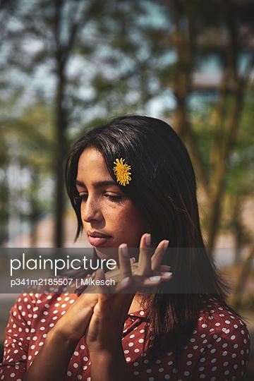 Junge Frau unter Bäumen - p341m2185507 von Mikesch