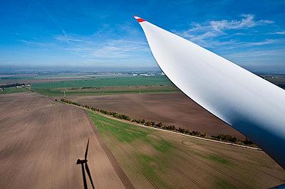 Rotorblatt im Windpark Wundersleben - p1079m881308 von Ulrich Mertens