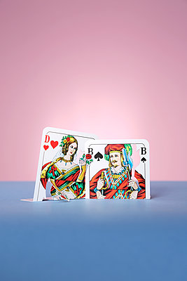 Playing cards, queen of hearts and jack of spades - p237m2271408 by Thordis Rüggeberg