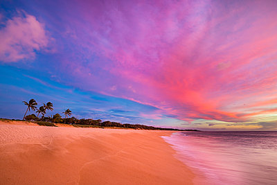 An ideal sunset on the two mile long, three hundred feet wide, Papohaku Beach on the West shore of Molokai. This is the longest white-sand beach in the Hawaiian Islands; Molokai, Hawaii, United States of America  - p442m1578794 by Dave Fleetham