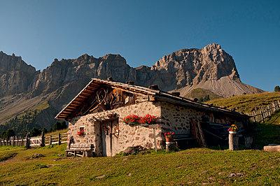 Hütte vor der Geislergruppe - p470m2031619 von Ingrid Michel