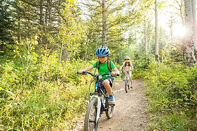 Caucasian children riding mountain bikes - p555m1410508 by Mike Kemp