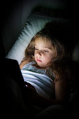 Compuer im Bett nutzen - p756m891549 von Bénédicte Lassalle
