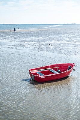 Rotes Ruderboot bei Ebbe - p846m1355204 von exsample