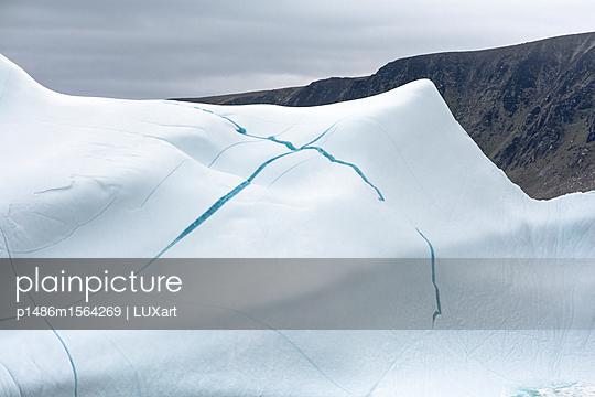 Eisberg mit blauem Kreuz - p1486m1564269 von LUXart