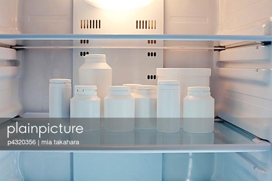 Kühlschrank Dosen : Plainpicture plainpicture p4320356 dosen im kühlschrank