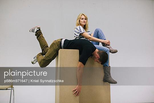 Junges Paar auf einem Karton - p586m971647 von Kniel Synnatzschke