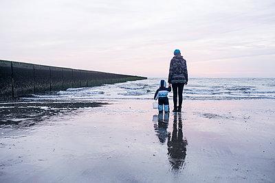 Mutter und Sohn am Strand - p1046m1138204 von Moritz Küstner
