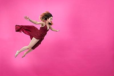 Schwebende Frau im roten Kleid - p427m2063115 by Ralf Mohr