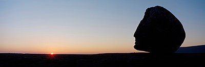 Silhouette of head-shaped boulder at dusk - p644m728416 by Ian Cumming