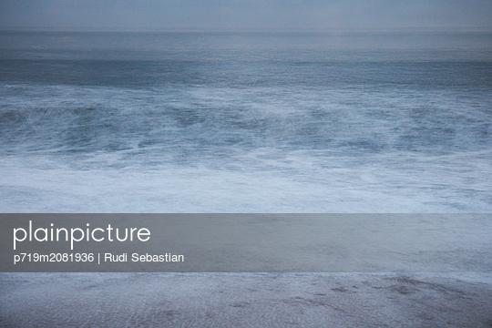 Strand und Wellen in Nazaré - p719m2081936 von Rudi Sebastian
