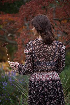 Über eine Wildblume staunen - p045m2027550 von Jasmin Sander