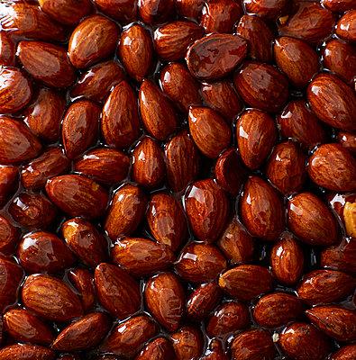 Homemade almond brittle - p300m1069081f by Kai Schwabe